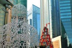 SINGAPUR 6. MAI 2016: Wolkenkratzerbürogebäude und Skulpturen der modernen Großstadt in Singapur im Stadtzentrum gelegen Stockbild