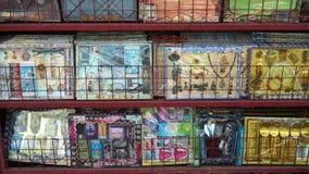 Singapur Singapur, Maj, - 9, 2018: Joss papieru lub piekło pieniądze sklepu papieru koszula papierowy zegarek, papierowe monety,  zbiory wideo