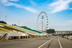 Singapur, Maj - 1 2016: Singapur krajobraz z stadium stojakiem, chodzący sposób i ulotka przy Marina, Trzymać na dystans Zdjęcia Royalty Free