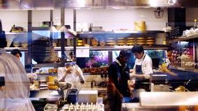 Singapur, 26 2018 Maj Kuchnia przy restauracją pracownicy ustawia rozkaz myjącego, czyści, demontuje konta zbiory wideo