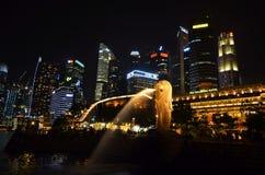 SINGAPUR - 5 2016 MAJ: Merlion statuy fontanna w Merlion Singapur i parka mieście linia horyzontu Jeden najwięcej słynnych ikon S Obrazy Stock
