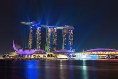 Singapur Marina zatoki piaski iluminujący nocy laserowym przedstawieniem Zdjęcie Royalty Free