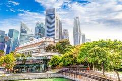 Singapur-Markstein-Skyline bei Fullerton auf Esplanade-Brücke stockfotografie