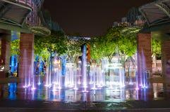 SINGAPUR - Marzec 19, 2016: fontanna na podłoga przy nocą w Sento Obraz Royalty Free