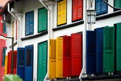 Singapur: Mehrfarbige Blendenverschlüsse in Chinatown Stockbild