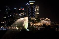 Singapur Merlion delante del skylline Foto de archivo libre de regalías