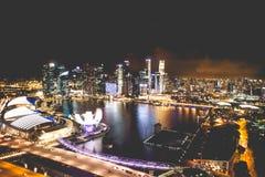 Singapur miasta linia horyzontu przy nocą i widokiem Marina zatoki Odgórny widok Zdjęcia Royalty Free