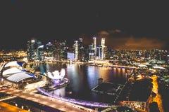 Singapur miasta linia horyzontu przy nocą i widokiem Marina zatoki Odgórny widok Obraz Stock