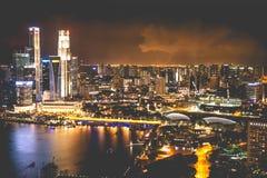 Singapur miasta linia horyzontu przy nocą i widokiem Marina zatoki Odgórny widok Zdjęcie Stock