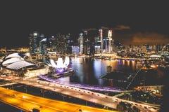 Singapur miasta linia horyzontu przy nocą i widokiem Marina zatoki Odgórny widok Obrazy Stock