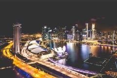 Singapur miasta linia horyzontu przy nocą i widokiem Marina zatoki Odgórny widok Zdjęcia Stock