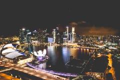 Singapur miasta linia horyzontu przy nocą i widokiem Marina zatoki Odgórny widok Zdjęcie Royalty Free