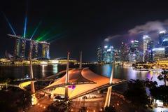 Singapur miasta linia horyzontu przy nocą z laserowym przedstawieniem Obraz Stock