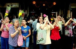 Singapur: Mujeres que ruegan en el templo chino Fotografía de archivo libre de regalías