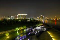 Singapur-NachtSkyline vom Jachthafen-Schwall stockfotografie