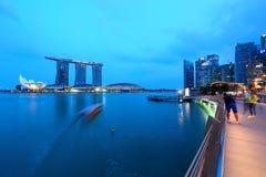Singapur-Nachtstadtbild an der blauen Stunde Stockbilder