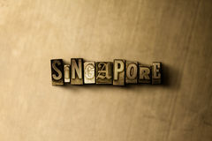 SINGAPUR - Nahaufnahme des grungy Weinlese gesetzten Wortes auf Metallhintergrund Lizenzfreie Stockbilder