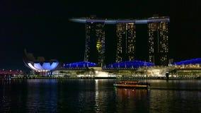 Singapur, Nov 22,2019: Światła pokazują od Marina zatoki piasków hotel iluminuje zatoki przed Singapur biznesu distri zbiory