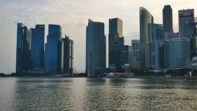 Singapur nowożytna architektura przy zmierzchem zbiory wideo