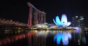 Singapur nowożytna architektura zaświecał nocy przedstawieniem zbiory
