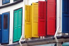 Singapur: Obturadores coloridos en Chinatown Fotos de archivo