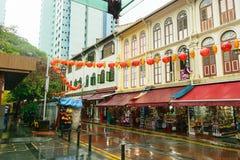Singapur - 14 2018 OCT Chinatown pusta targowa ulica podczas tropikalnego deszczu obraz stock