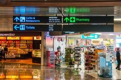 SINGAPUR - 08 OCT, 2013: Nawigacja sklepy przy Śmiertelnie i znaki zdjęcia stock