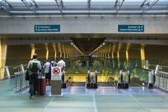 SINGAPUR - 08 OCT, 2013: Przeniesienie korytarz między terminalami a zdjęcie royalty free