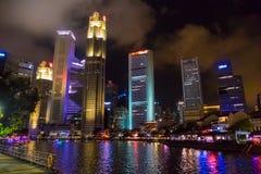Singapur odbicie Nowożytni drapaczy chmur budynki, rzeka Przy nocą I Zdjęcia Royalty Free