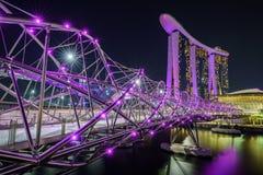 Singapur, Październik - 15, 2018: odbicia helix most i marina podpalani piaski przy nocą zdjęcia stock
