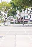 SINGAPUR, PAŹDZIERNIK 13, 2015: Przecinająca ulica w miasteczku przy Singapo Fotografia Royalty Free