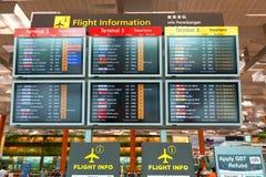 Singapur: Pantalla de la información del vuelo en el aeropuerto de Changi del terminal 3 Imágenes de archivo libres de regalías