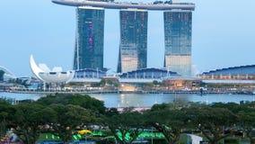 Singapur a partir del día a la bahía del puerto deportivo de la noche enarena time lapse Cacerola para arriba almacen de metraje de vídeo