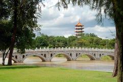 Singapur: Puente y pagoda chinos del jardín Imagen de archivo libre de regalías
