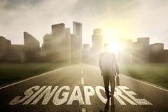 Singapur słowo na drodze z męskim kierownikiem Zdjęcie Stock