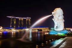 SINGAPUR 4. SEPTEMBER: Der Merlion Brunnen und Marina Bay Sand Lizenzfreie Stockfotos