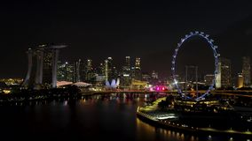 Singapur - 25. September 2018: Singapur-Stadtskyline nachts mit dem Fluss, purpurrotes beleuchtetes Riesenrad und berühmt stock video