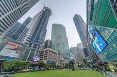 SINGAPUR, SINGAPUR - OKOŁO WRZESIEŃ 2015: Drapacz chmur góruje przy Raffles miejscem w Singapur centrum finansowym fotografia royalty free