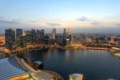 Singapur skycrapers und Jachthafen-Schacht Stockfotos