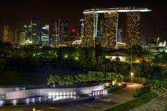 Singapur-Skyline-Ansicht vom Jachthafen-Schwall stockfotos