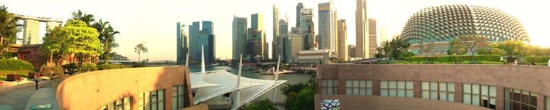 Singapur-Skyline bei Sonnenuntergang - eine Ansicht von der Dachspitze Stockbilder