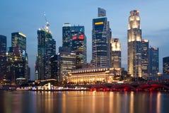 Singapur-Skyline bis zum Nacht Stockfoto