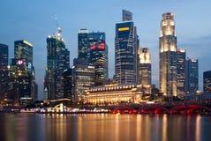 Singapur-Skyline bis zum Nacht Stockbild