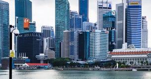 Singapur-Skyline gesehen von Marina Bay stockfotos