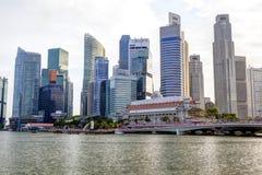 Singapur-Skyline am Jachthafen-Schacht stockfoto