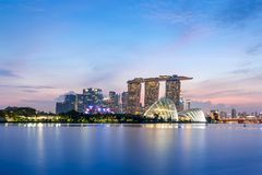 Singapur-Skyline nach Sonnenuntergang lizenzfreies stockfoto