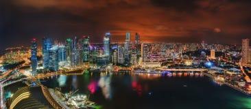 Singapur-Skyline nachts stockbild