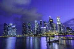Singapur-Skyline nachts Stockfotos