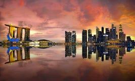 Singapur-Skyline am Sonnenuntergang Stockbilder