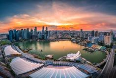 Singapur-Skyline und Ansicht von Wolkenkratzern auf Marina Bay bei Sonnenuntergang stockfoto